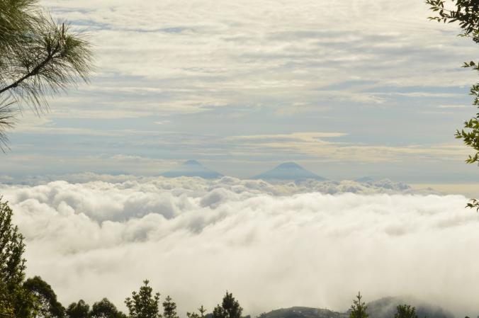 Baru sejam jalan sudah di atas awan lagi.